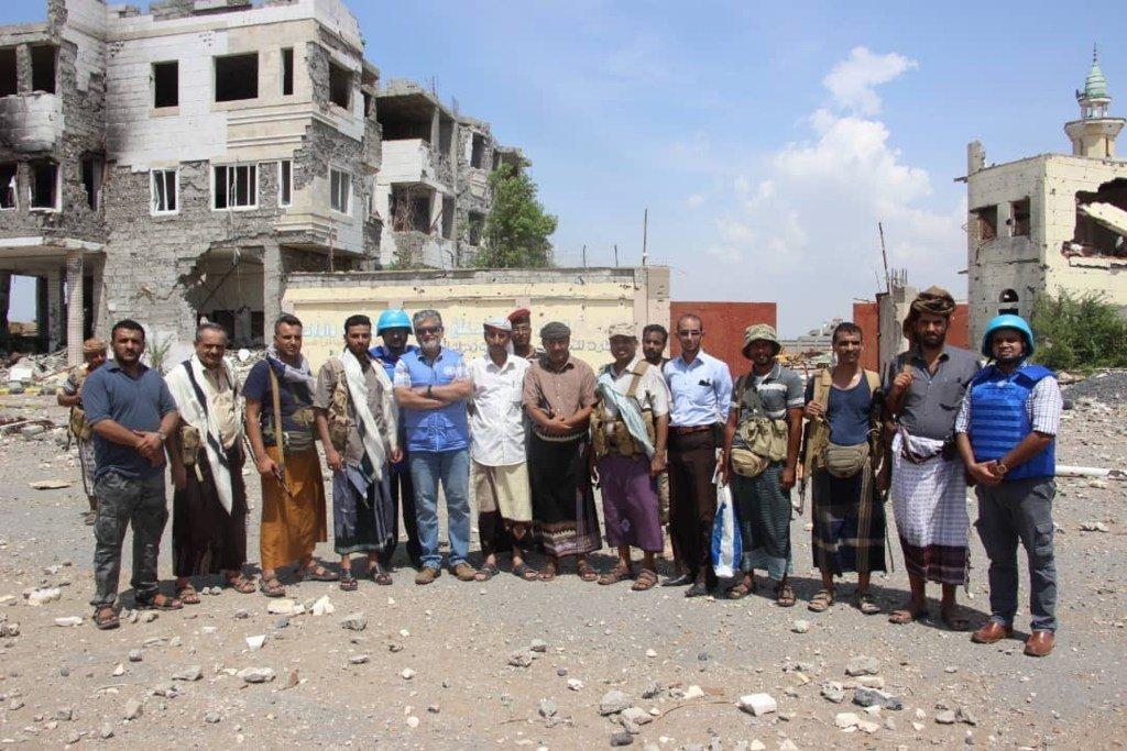 الفريق أبهيجيت غوها، رئيس بعثة الأمم المتحدة لدعم اتفاق الحُديدة (أونمها) ورئيس لجنة تنسيق إعادة الإنتشار (RCC)، مع الأطراف اليمنية في نقطة مراقبة بمدينة الحديدة، باليمن. (من الأرشيف).