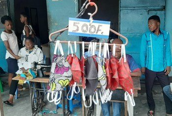 Confection des masques dans un Atelier de couture a Kinshasa, le 21 avril, 2020.