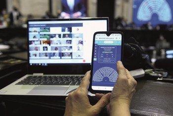 Le Rapport mondial de l'UIP sur l'e-#parlement révèle le rôle de catalyseur joué par la #COVID19 pour les parlements, dont un grand nombre se modernisent en adoptant les nouvelles technologies.