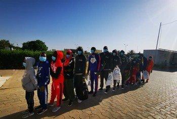 Des migrants attendent l'embarquement de leur vol de réinstallation à l'aéroport de N'Djamena.