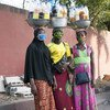 ثلاث شابات يرتدين الأقنعة يبعن الدواء في شوارع أبيدجان بكوت ديفوار خلال جائحة كوفيد-19.