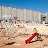 Стена, построенная Израилем на оккупированной палестинской территории, была признана незаконной Международным Судом ООН.
