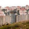 在被占巴勒斯坦领土上的隔离墙,后面是以色列定居点。