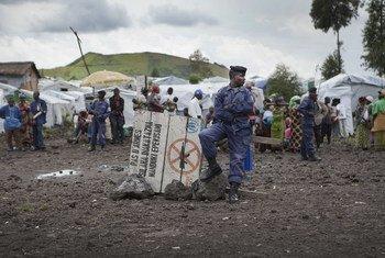 Un membre de la Police nationale congolaise (PNC) surveille le camp de déplacés de Mugunga. (Archives 2013)