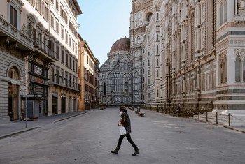Un peatón en la Piazza del Duomo en Florencia, vacía por las medidas contra el coronavirus