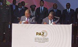 Presidente da República de Moçambique, Filipe Jacinto Nyusi, e presidente da Renamo, Ossufo Momade, assinaram o documento na Serra da Gorongosa, no centro do país