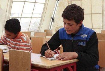Husain est l'un des 23 000 enfants d'âge scolaire actuellement au camp Al-Hol en Syrie. Avant d'arriver au camp, la plupart des enfants n'allaient à l'école que sporadiquement alors que beaucoup n'avaient jamais vu l'intérieur d'une classe.