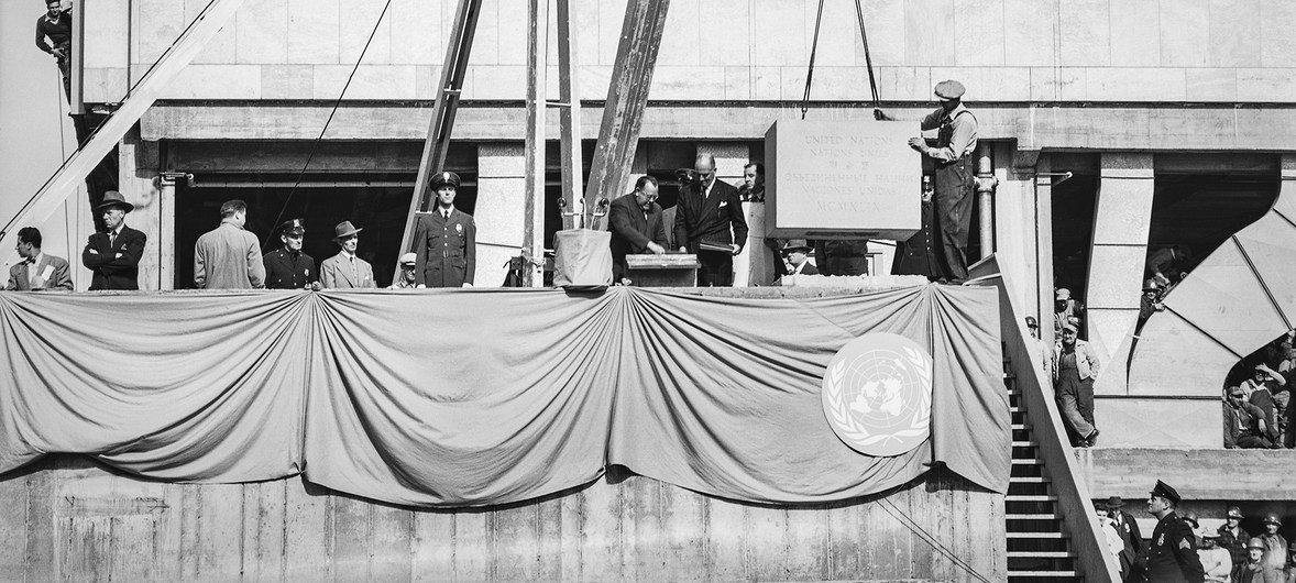 El primer Secretario General de la ONU, Tryvie Lie (al centro-izquierda), con el líder del equipo de arquitectos, Wallace Harrison, deposita documentos en una caja de metal denro de la primera piedra del complejo de la ONU.