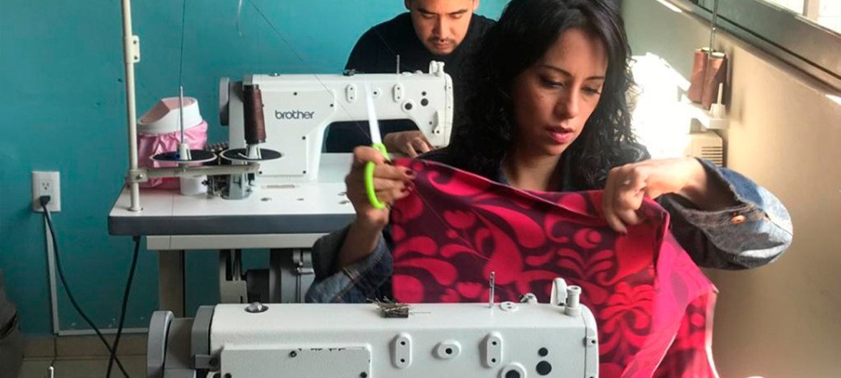 Estela Fagoaga, conocida vestuarista mexicana, minetras cose bolsas de tela.