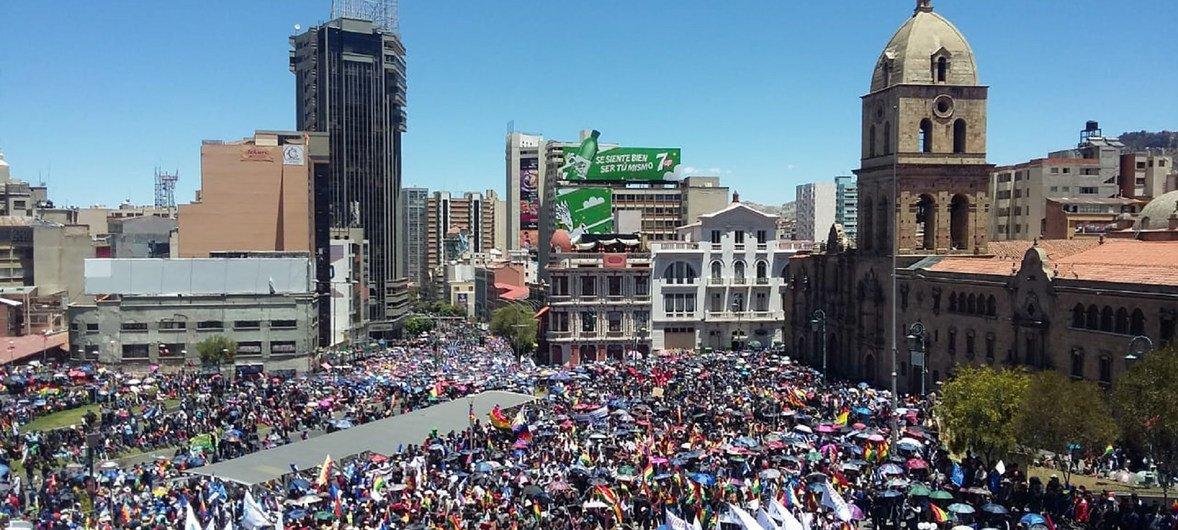 Демонстранты на площади Сан-Франциско в Ла-Пасе, Боливия.