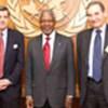 Kofi Annan (au c.), l'ambassadeur Paul Bremer (à g.) et l'ambassadeur Jeremy Greenstock