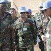 Le général Gaye, discutant avec des casques bleus à Dungu, dans l'est de la RDC.