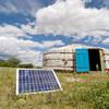 Família na Mongolia usa painéis solares.