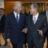 Le Secrétaire général Ban Ki-moon (à droite) avec le Vice Président américain Joe Biden avant la réunion du Conseil de sécurité consacrée à l'Iraq.