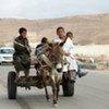 Des enfants sur une carriole tirée par un âne à Saloum, en Egypte, près de la frontière libyenne.