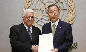 Le Président de l'Autorité palestinienne, Mahmoud Abbas (à gauche) remet la lettre de candidature au Secrétaire général Ban Kki-moon pour devenir membre de l'ONU.