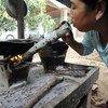 Une femme faisant la cuisine.