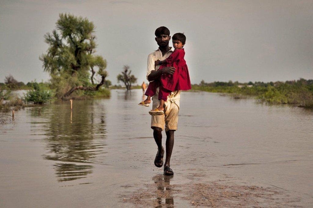 Un homme dans la province pakistanaise du Sindh frappée par des inondations en 2011. Le changement climatique menace la sécurité internationale.