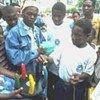 Démonstration de l'utilisation de préservatifs au Mozambique (ONUSIDA)