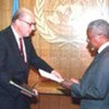 John Negroponte (g.) et Kofi Annan (d.) (archives)