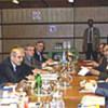 Kofi Annan (2e à gauche) aux pourparlers ONU-Iraq à Vienne