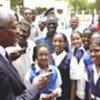 Kofi Annan avec des écolières au Soudan