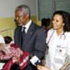 Kofi Annan visite la clinique de Matola, au Mozambique