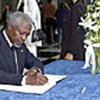 Kofi Annan, au Siège de l'ONU, signe le registre de condoléances