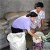 朝鲜人民在分发援助粮
