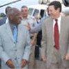 Arrivée de M. Mwakawago (à g.) à Freetown
