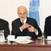 Alvaro de Soto (au centre) préside la réunion à Nicosie