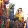 Des réfugiées reçoivent des 'bracelets d'inscription'