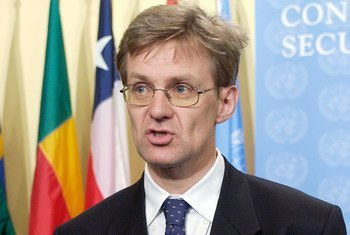 Jan Egeland, Under-Secretary-General for Humanitarian Affairs and Emergency Relief Coordinator, briefs reporters at UN Headquarters. (March 2004)