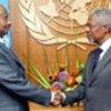 K. Annan (à droite) avec President Museveni (archives)