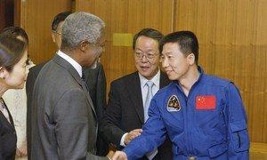 Yang Liwei, mwana anga  wa kwanza wa Kichina kusafiri kwenye sayari, anakukutana na Katibu Mkuu Kofi Annan.