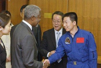 前联合国秘书长科菲·安南会见了中国首位宇航员杨立伟。