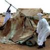 Des réfugiés soudanais reconstruisent leur tente après une tempête de sable