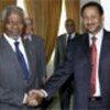 Kofi Annan (g) et le ministre des affaires étrangères soudanais Mustafa Osman  Ismail (d)
