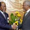 Annan (R) with Joaquim Alberto Chissano (file photo)