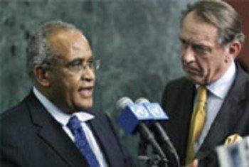 Dkt. Salim Ahmed Salim (kushoto) akiwa na Jan Eliasson wakati ni wajumbe wa wa AU na UN kwa mzozo wa Darfur