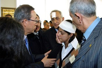 Ban Ki-moon meets with families of the victims and survivors in Algiers.