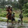 Une famille malgache cherchant à se protéger du cyclone Ivan en 2008.