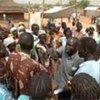 Des personnes déplacées à Juba, au Soudan, reçoivent de l'aide alimentaire d'urgence.