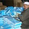 Un homme afghan devant des livres distribués par l'UNICEF.