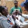 Un travailleur humanitaire lors d'une campagne de vaccination contre la polio en Somalie.