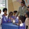 Eugénie Mukeshimana, survivante du génocide au Rwanda, allume une bougie lors de la commémoration du 14e anniversaire du génocide (avril 2008).