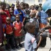 Un casque bleu brésilien distribue de la nourriture à des familles haïtiennes. (avril 2008)