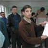 Un demandeur d'asile montre sa demande dans un bureau d'immigration en Bulgarie.