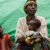 Mère réfugiée et ses enfants au camp de Mugunga, dans le Nord-Kivu