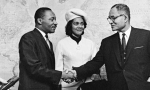 Martin Luther King y su esposa saludan a Ralph Bunche durante una visita a la ONU en 1964.